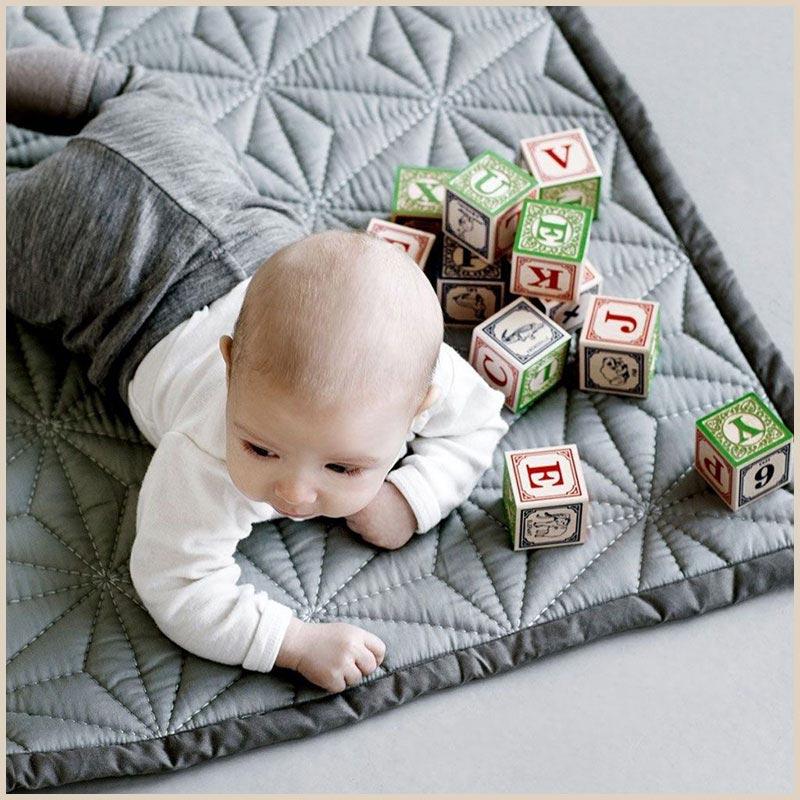 Babyspielzeug 3 Monate: Krabbeldecke von Cam Cam in Grau